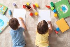Pouco crianças que tiram dentro Aprendizagem e jogo foto de stock