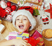 Pouco criança bonito no chapéu vermelho de Santa com feito a mão Fotos de Stock Royalty Free