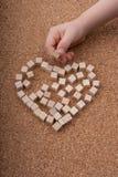 Pouco cubos de madeira forma o símbolo da forma do coração ou do dia de Valentim imagens de stock