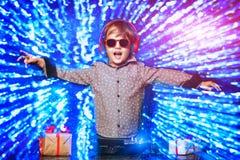 Pouco DJ nos óculos de sol imagens de stock