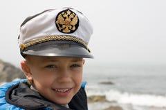 Pouco envia o menino e o mar fotos de stock