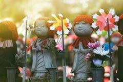 Pouco estátua da monge no templo de Zojoji foto de stock royalty free