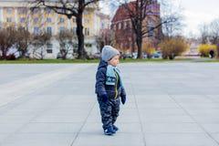 Pouco estada do menino da criança na rua da cidade imagem de stock royalty free