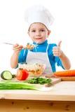 Pouco fogão com salada e polegar acima do sinal Foto de Stock Royalty Free