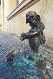 Pouco fotógrafo de bronze do anão de Wroclaw fotografia de stock royalty free