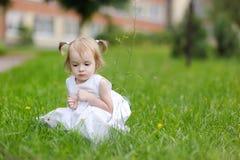 Pouco gilr no vestido branco agradável Fotografia de Stock