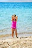 Pouco gir que joga com a areia na praia. fotografia de stock royalty free