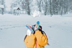 Pouco girlwith joga o inverno da neve imagens de stock royalty free