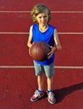 Pouco jogador de basquetebol pronto para o tiro Imagem de Stock Royalty Free