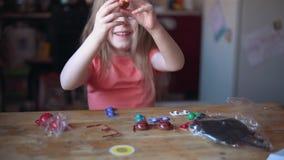 Pouco jogos louros da menina com a disposição do sistema solar video estoque