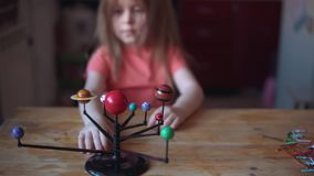 Pouco jogos louros da menina com a disposição do sistema solar vídeos de arquivo