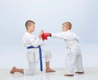 Pouco karateka bate o perfurador no simulador que o irmão mantém fotografia de stock