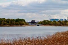 Pouco lago com ponte chinesa fotografia de stock royalty free