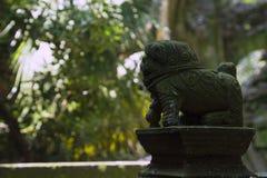 Pouco leão de pedra bonito na casa de campo antiga chinesa Fotografia de Stock