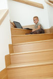 Pouco louro que senta-se em escadas Imagens de Stock Royalty Free