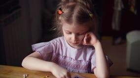 Pouco menina bonito que joga com mosaico colorido video estoque