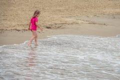 Pouco menina bonito que vadeia no mar imagem de stock royalty free
