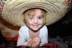 Pouco menina de sorriso no chapéu do sombreiro fotos de stock royalty free