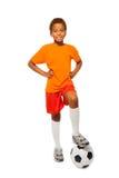 Pouco menino africano do jogador de futebol isolado Fotografia de Stock Royalty Free
