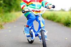 Pouco menino bonito da criança na bicicleta no verão ou no dia do autmn Criança feliz saudável que tem o divertimento com ciclism Fotografia de Stock