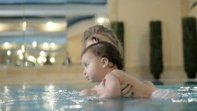 Pouco nata??o do beb? Aprendendo a crian?a infantil nadar filme