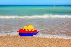 Pouco navio do brinquedo na praia Fotos de Stock