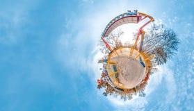 Pouco planeta com parque de diversões, árvores e o céu frio do blye Fundo agradável Fotografia de Stock