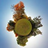 Pouco planeta - globo no tempo do outono - 360 graus Imagem de Stock Royalty Free