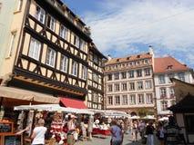 Pouco quadrado agradável no coração de Strasbourg velho, França foto de stock