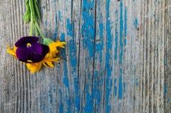 Pouco ramalhete do lado em uma placa pintada de madeira idosa com quebras Foto de Stock