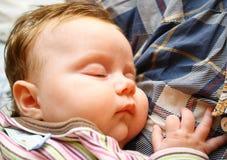 Pouco recém-nascido relaxa e dorme Fotografia de Stock
