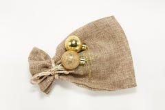 Pouco saco com as bolas douradas do Natal Foto de Stock Royalty Free