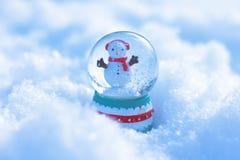 Pouco snowglobe na neve fotografia de stock