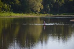 Pouco sol morno do verão do rio no sity próximo Imagens de Stock