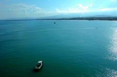 Pouco Tugboat em um oceano vasto fotografia de stock