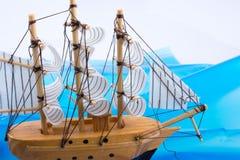 Pouco veleiro modelo de madeira Imagem de Stock
