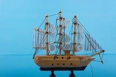 Pouco veleiro modelo de madeira Imagem de Stock Royalty Free