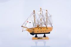 Pouco veleiro modelo de madeira Fotos de Stock Royalty Free