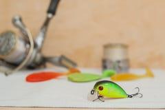 Pouco wobbler encontra-se em um pano branco em um fundo da bobina inertialess e a borracha seduz cores diferentes 11/05/2016 Fotografia de Stock