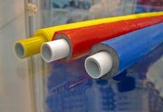 Poucos cabos plásticos da cor na superfície de vidro, Fotografia de Stock Royalty Free