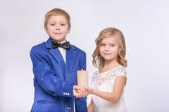 Poucos pares loving que comemoram o casamento Imagem de Stock Royalty Free