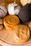 Poucos queijos fumado rolados na placa de madeira com vegetal Imagens de Stock Royalty Free