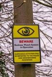 Pouczający znak ostrzegawczy na drewnianej poczta Obraz Stock