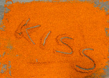 Poudre arrosée de chocolat, baiser de mot écrit, tout dispersé dessus Photo libre de droits