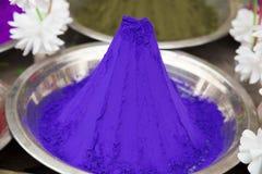 Poudre bleue de Holi images stock