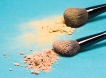 Poudre compacte mate et poudre de miroitement avec des brosses de maquillage Image libre de droits