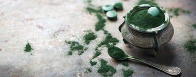Poudre d'algues vert moulu de spirulina de concept de Superfood, comprimés de pilules image libre de droits