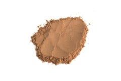 Poudre de cacao de pile d'isolement sur le fond blanc Photographie stock libre de droits