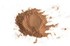 Poudre de cacao de pile d'isolement sur le fond blanc Photos libres de droits