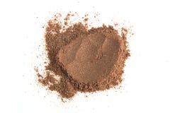 Poudre de cacao de pile d'isolement sur le fond blanc Images stock